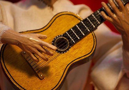 pupazzo pulcinella con chitarra