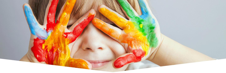 bambino con mani colorate