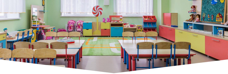 banchi di scuola e spazio per intrattenimento