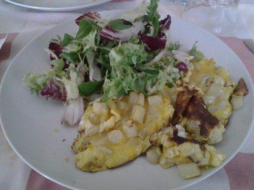 un piatto di frittata e dell'insalata
