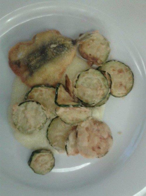 un filetto di pesce e delle zucchine in pastella