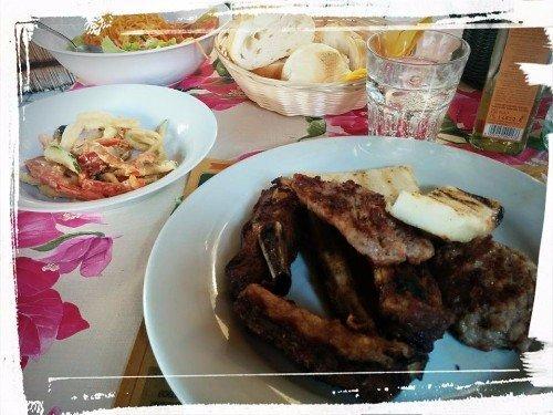 due piatti a base di carne e pesce fritto