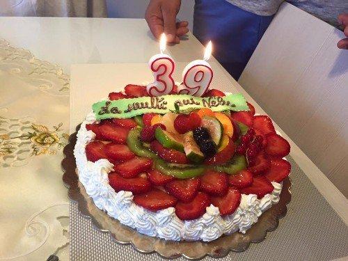 una torta al kiwi e delle fragole
