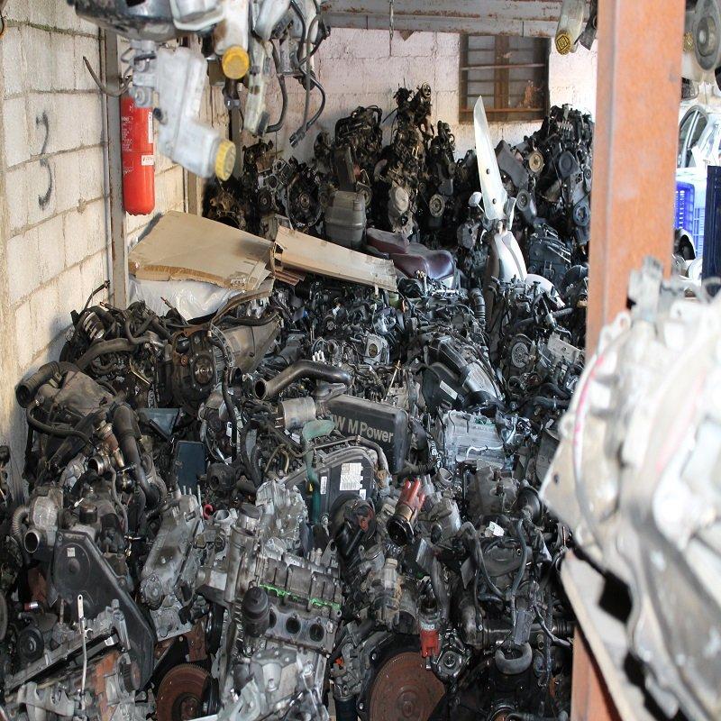 un ammasso di motori d'auto recuperati