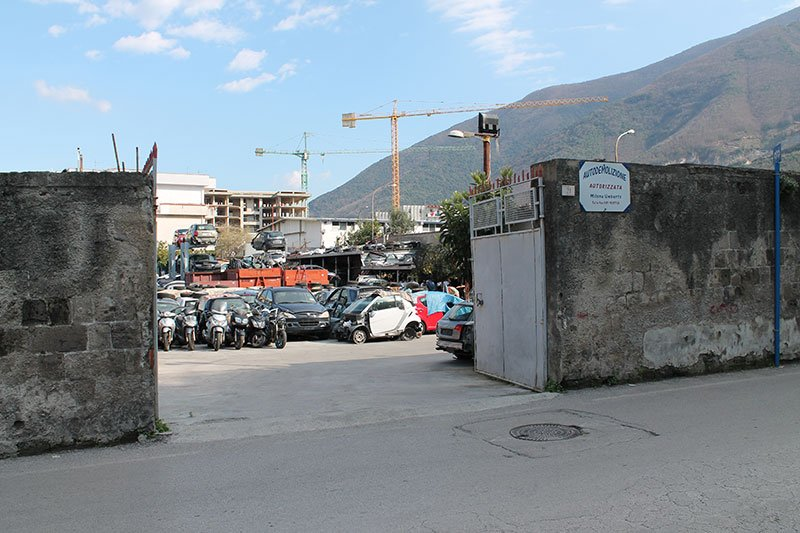 vista dell'ingresso e delle macchine incidentate da un autodemolitore