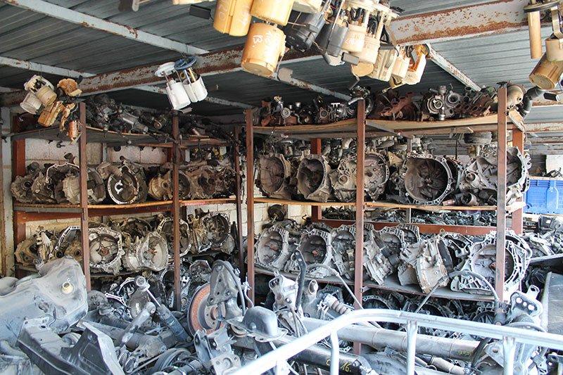 degli scaffali di ferro con dei ricambi per auto recuperati dai veicoli incidentati
