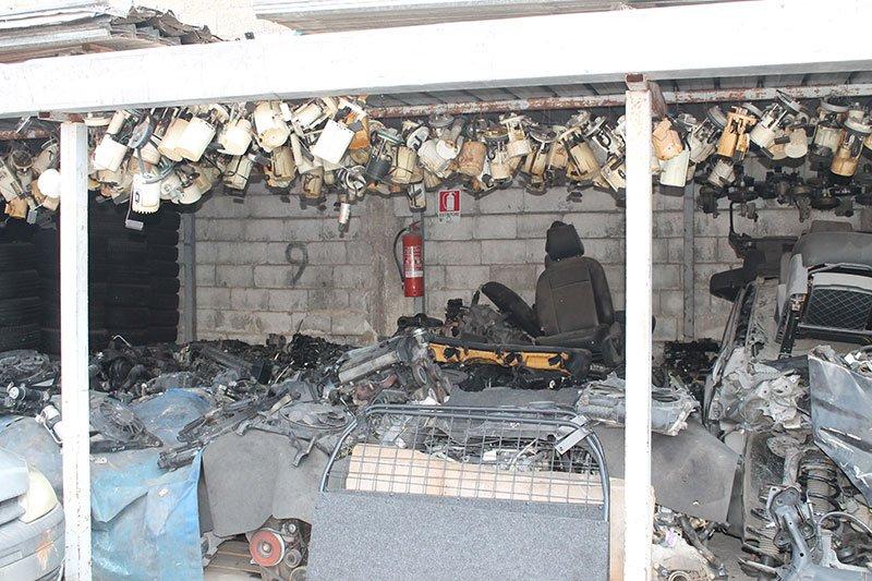 un ammasso di sedili e altri componenti delle auto incidentate