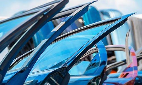 delle portiere blu di alcune macchine