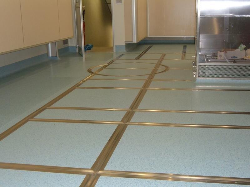 pavimento pvc con rotaie