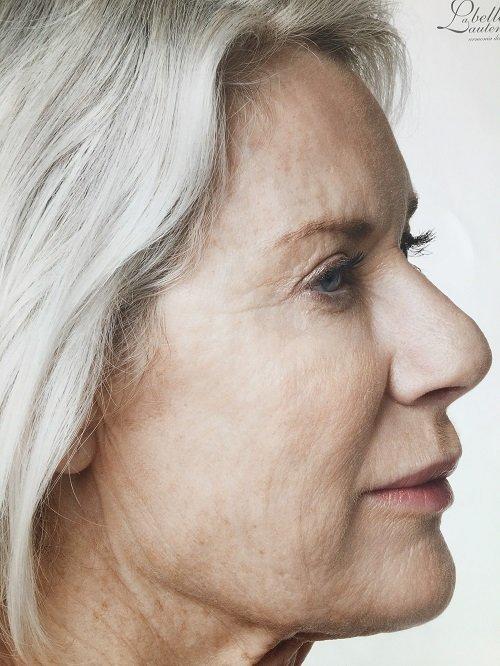 Signora anziana con capelli bianchi