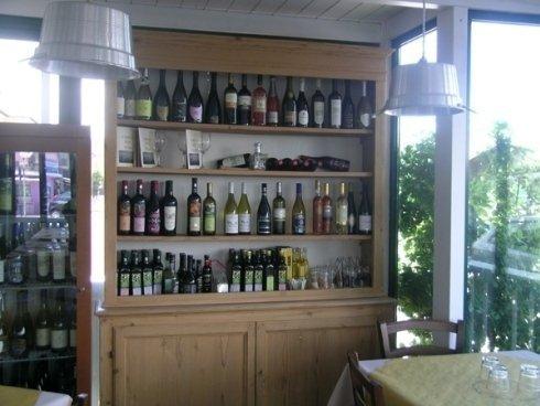 Cantina con vini nazionali ed esteri
