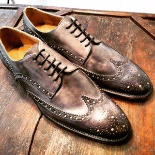 Scarpe artigianali grigie e marroni