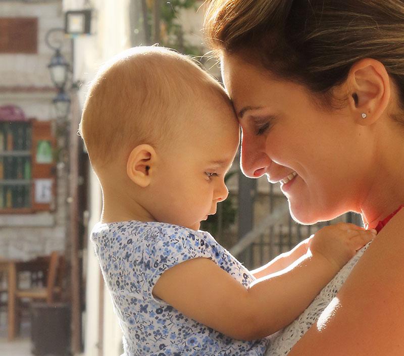 una madre con in braccio un neonato