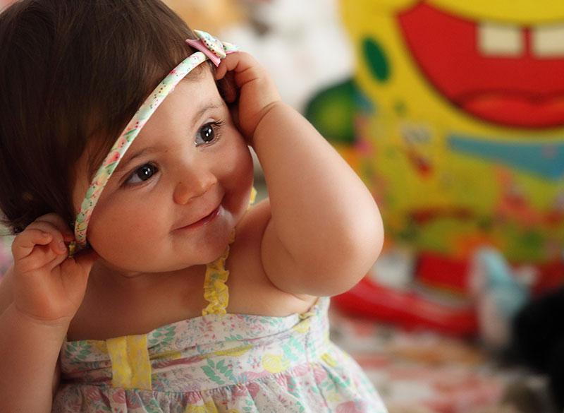 una bambina che gioca con un cerchietto per capelli