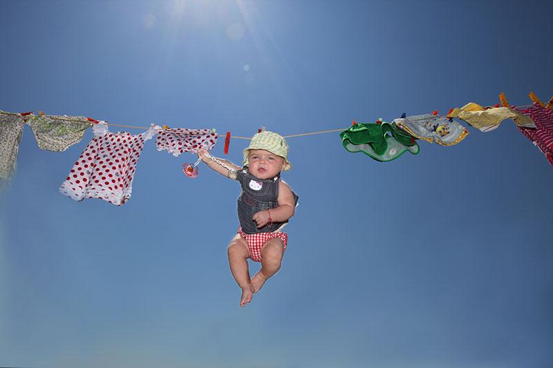 un neonato appeso a una corda dei panni