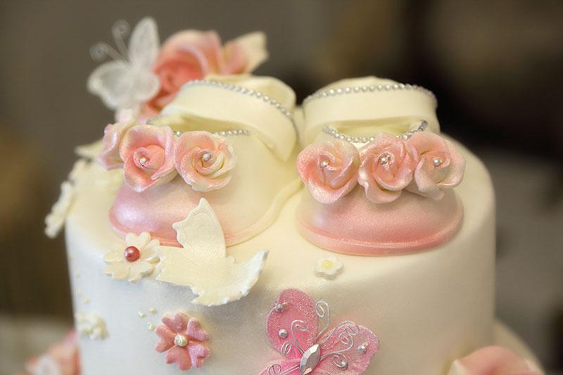 una torta con una glassa bianca e delle rose rosa