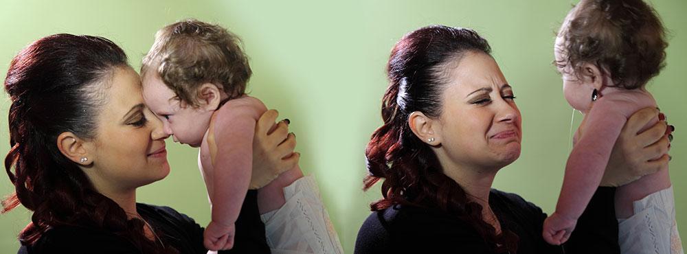 due foto di una madre con un bambino in braccio