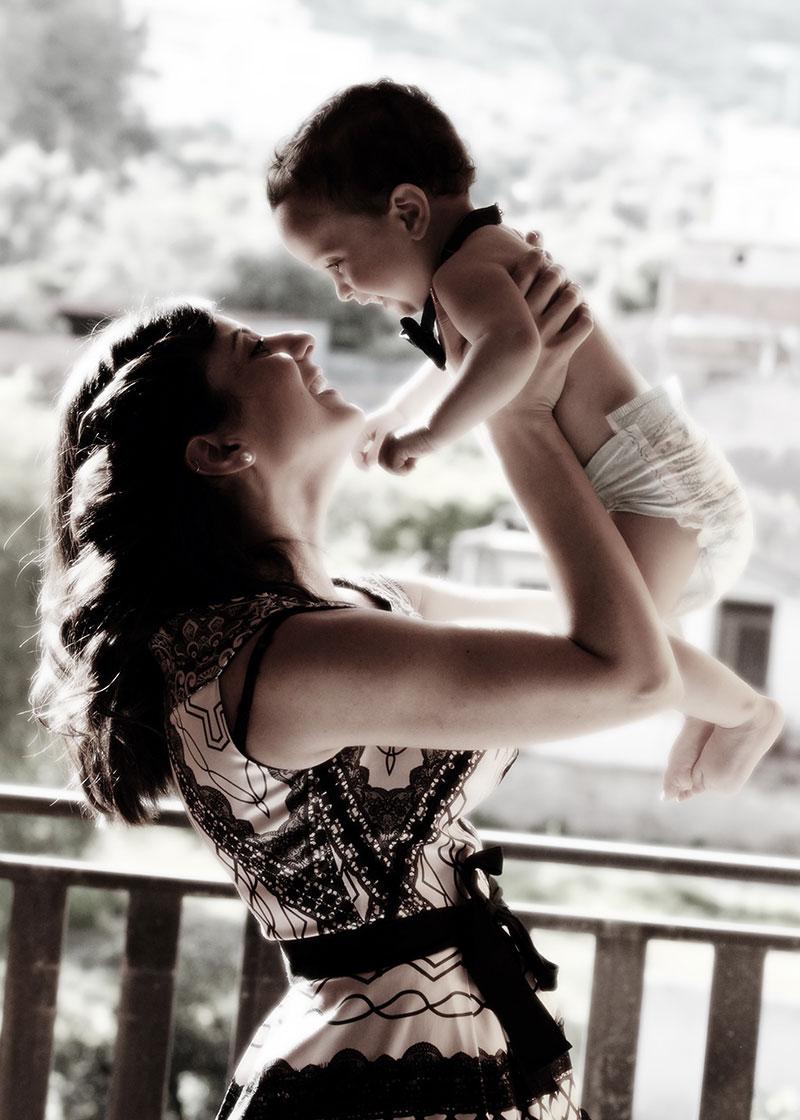una madre con in braccio un bambino