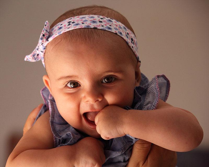 una bambina con un nastro in testa