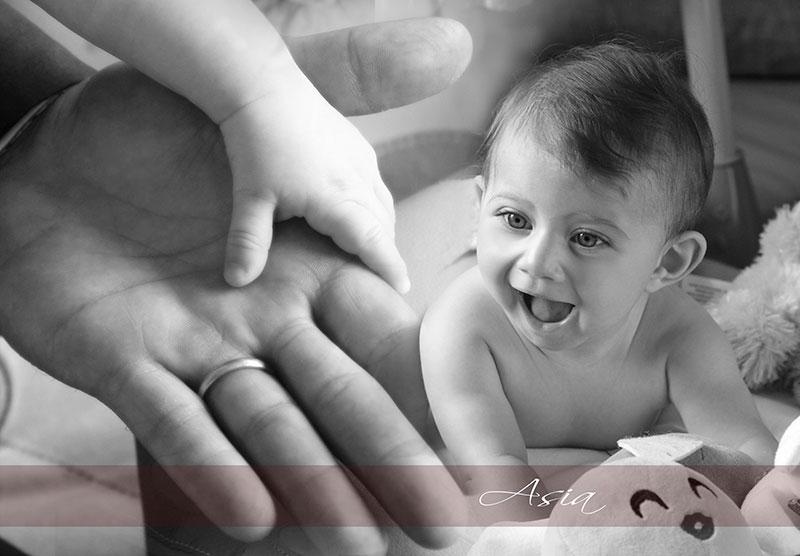 una foto in bianco e nero di una bambina e la scritta Asia