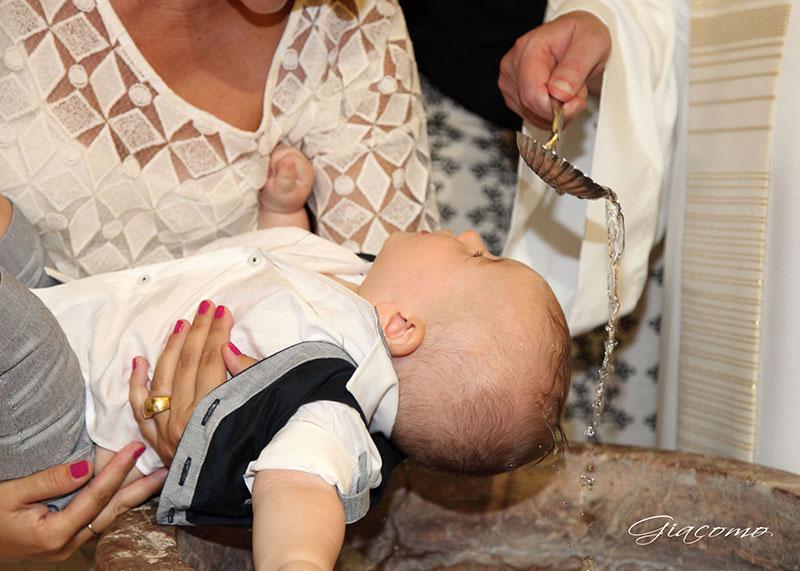 un bambino durante un battesimo