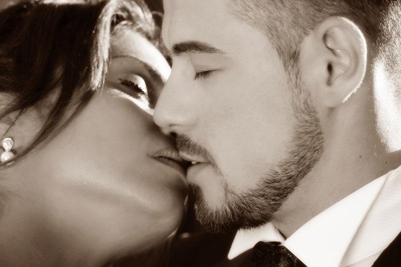foto in bianco e nero di una coppia che si bacia