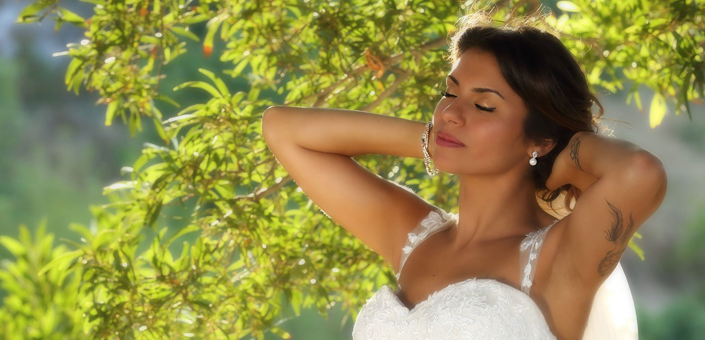 una sposa con gli occhi chiusi mentre si tiene i capelli