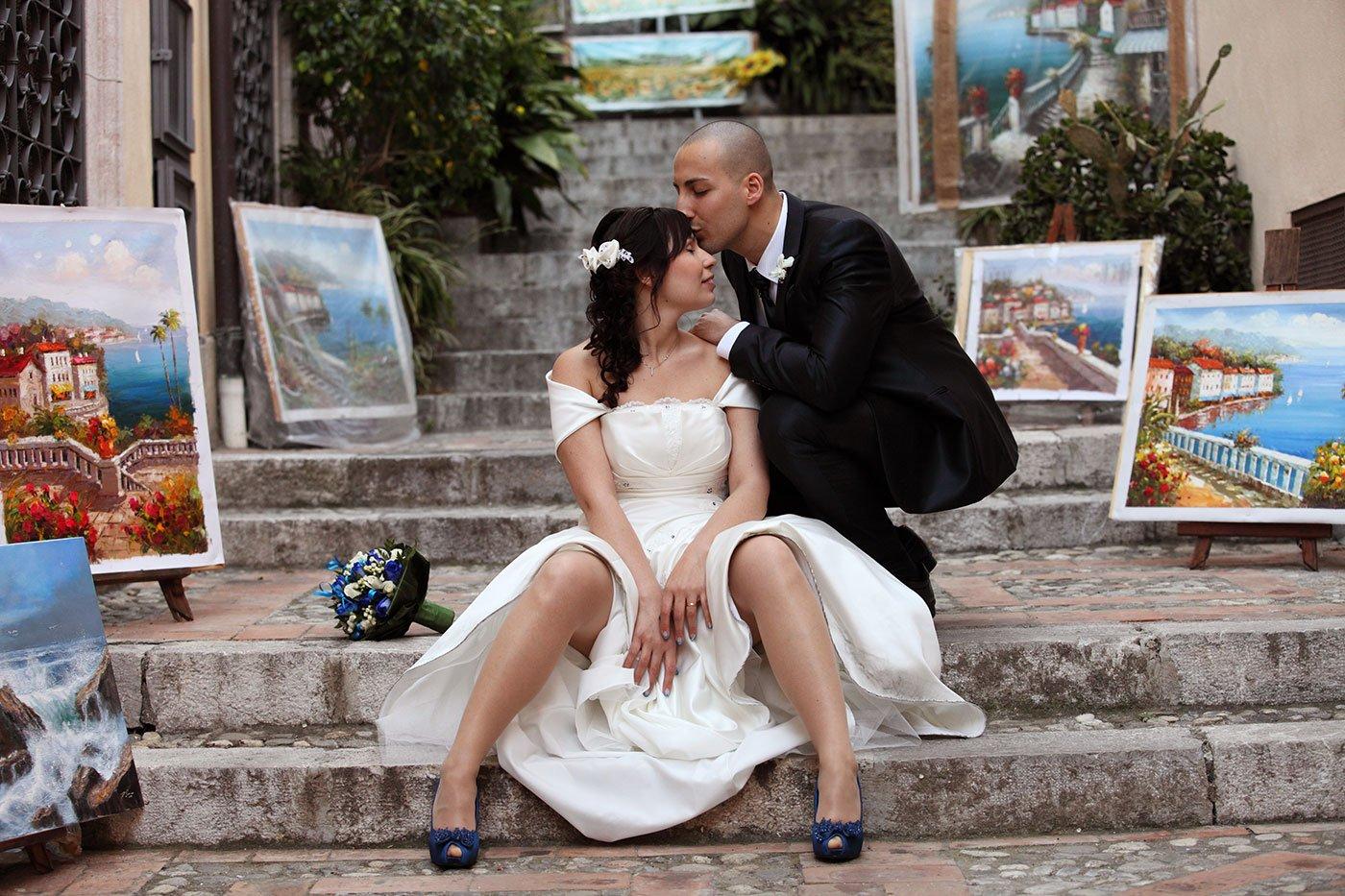 uno sposo che bacia la sposa sulla testa