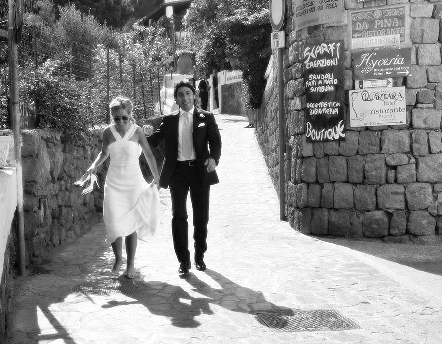 una coppia di sposi che camminano