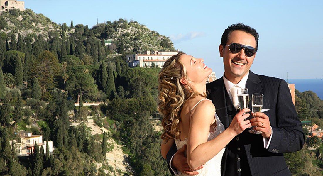 una coppia di sposi con dei bicchieri in mano