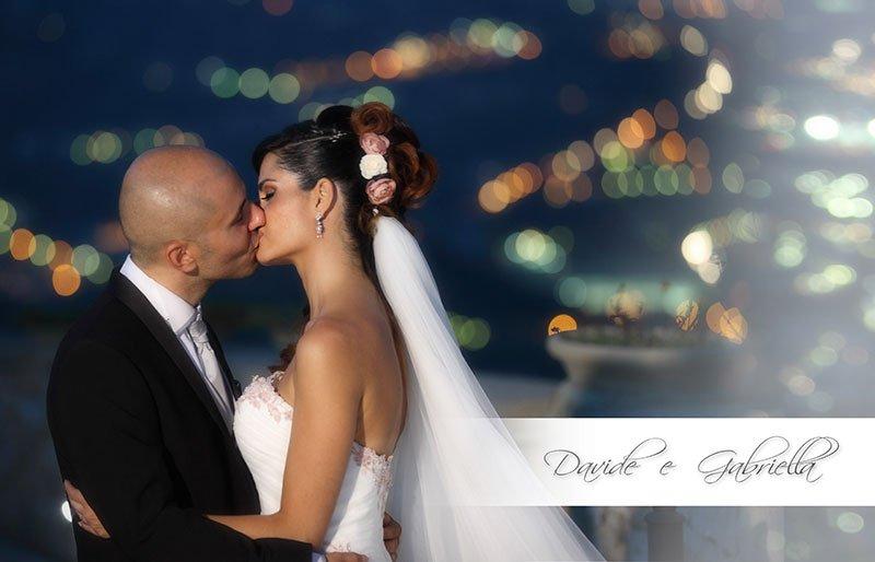 una coppia di sposi che si baciano e la scritta Davide e Gabriella
