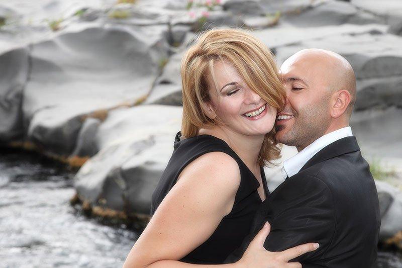 uno sposo che bacia una sposa sulla guancia