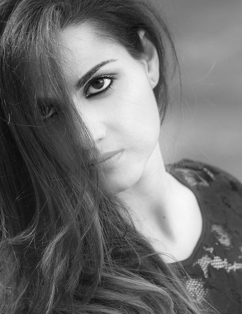 una foto in bianco e nero di una ragazza con capelli lunghi