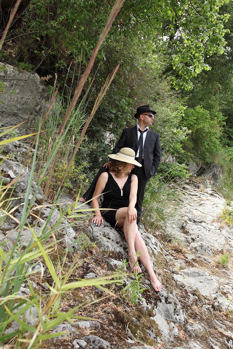 un uomo e una donna con dei cappelli in un bosco