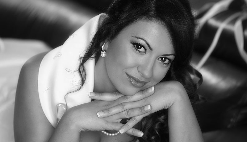 foto in bianco e nero di una donna con i capelli neri