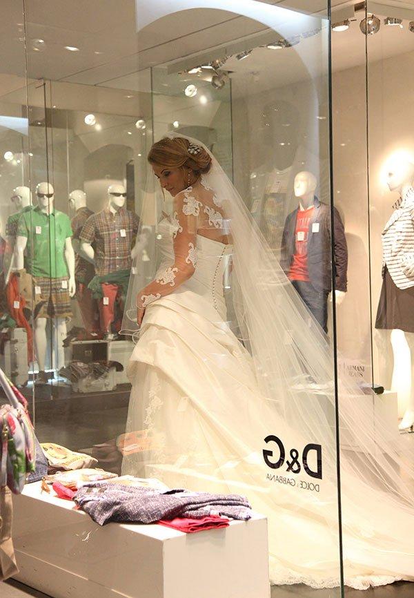 una sposa vicino a una vetrina di D&G
