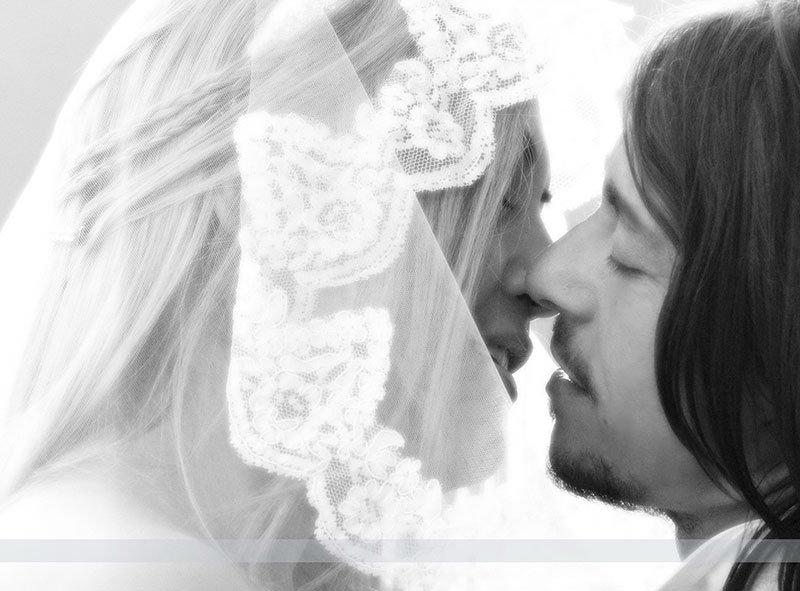 due sposi che si stanno per baciare