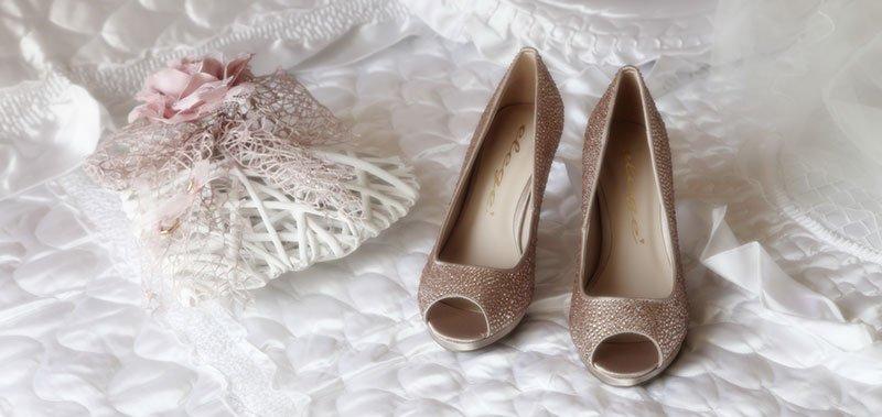 due scarpe eleganti e una borsetta con un nastro rosa