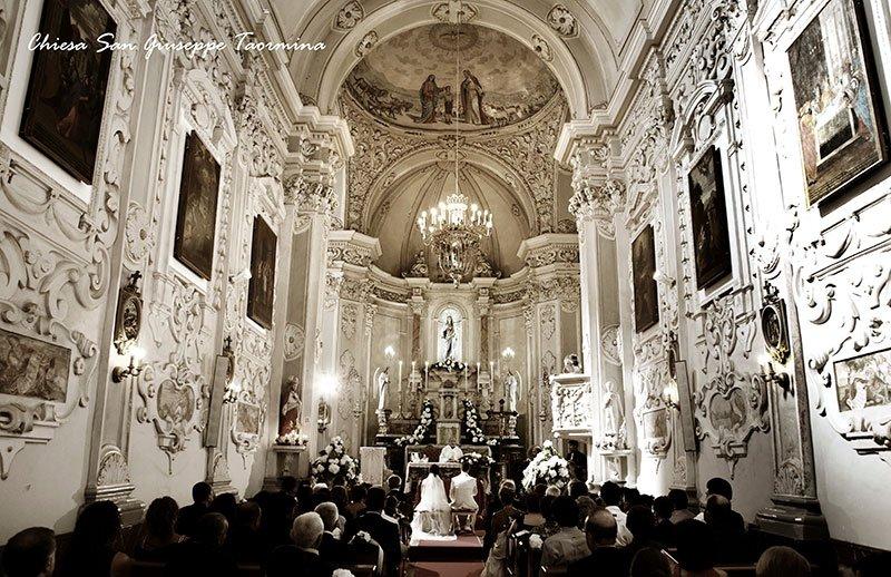 vista di una chiesa durante la celebrazione di un  matrimonio