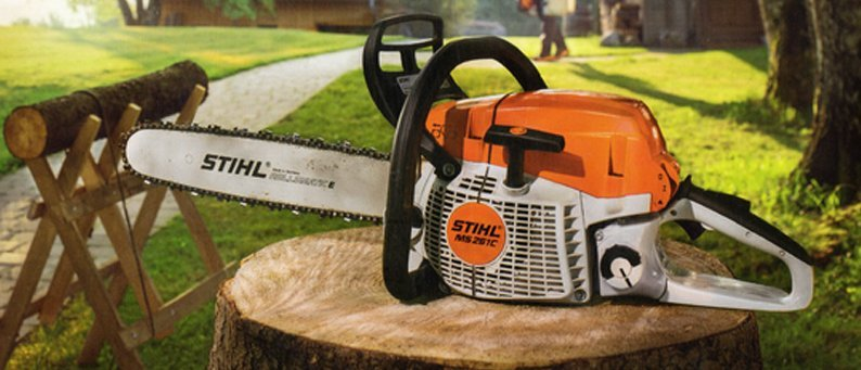 A Stihl electric saw on a tree trunk