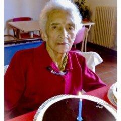 dolce di compleanno, festa per anziani