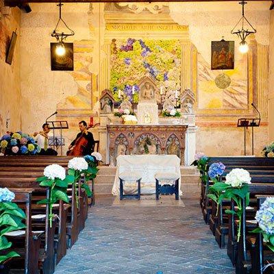 interno di una chiesa decorata con delle  ortensie per una cerimonia