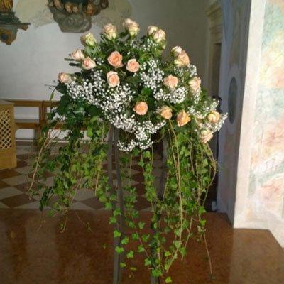 un vaso con un bouquet di roselline arancioni