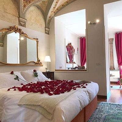 un letto matrimoniale con delle rose di color rosso