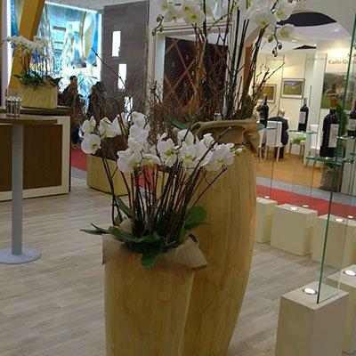 due vasi in grandi con i fiori di bamboo