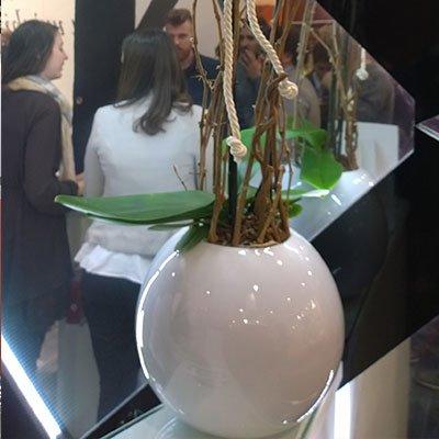 un vaso bianco a forma rotonda