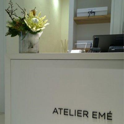 una reception con un vaso in marmo con i fiori