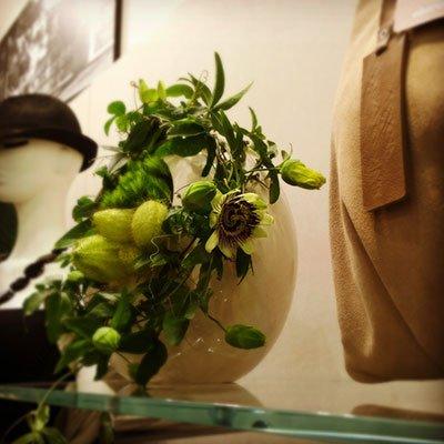 un vaso in ceramica con i fiori