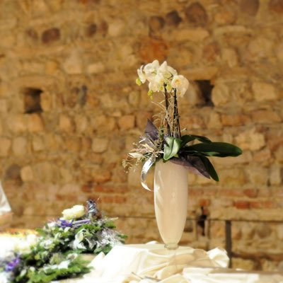 un vaso con i fiori a forma ovale
