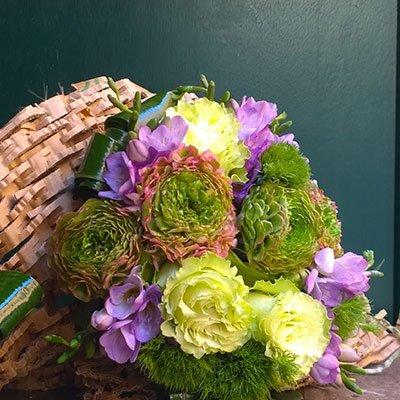 una composizione dei fiori di color verde e lilla